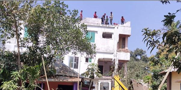 কুমিল্লায় সড়কের উপর নির্মিত ভবন উচ্ছেদ
