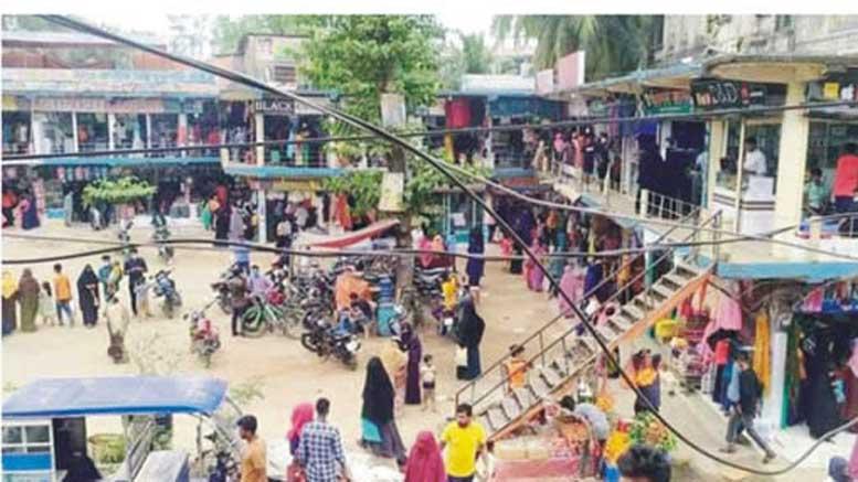 ব্রাহ্মণপাড়ায় দোকানপাটে মানুষের ভিড়